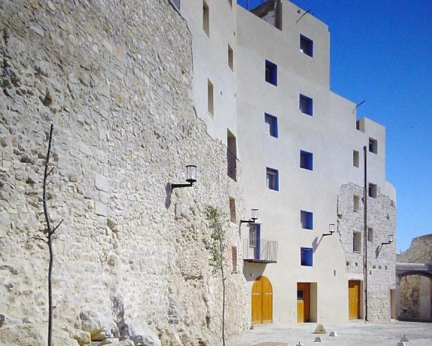 Restauración de  la plaza de les Caseres y muralla del entorno. Peñíscola 1998